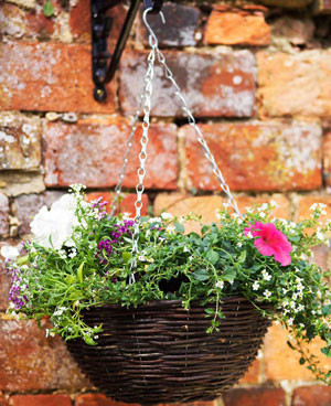 Blumenampel aus Rattan